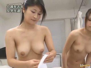 Japoneze av model është i detyruar në kam seks