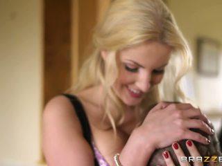 Puikus blondinė moteris yra laimingas į susitikti a varpa.