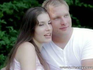 Teeny lovers: romantic qij në the pyll