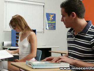 Innocent 青少年 takes 公雞 在 該 classrom