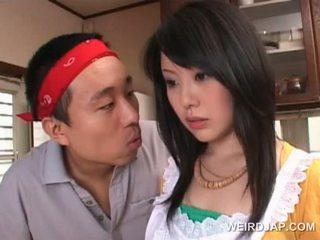 Asia housekeeper gets seksi assets teased oleh terangsang guy
