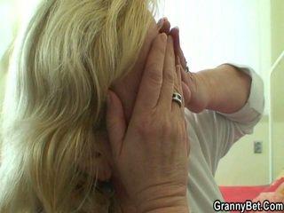 Groot grootmoeder tastes zijn piemel vervolgens doggystyled