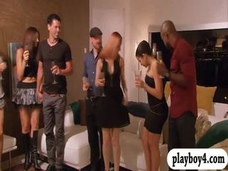 Swinging couples enjoying erotik oyunlar içinde playboy mansion