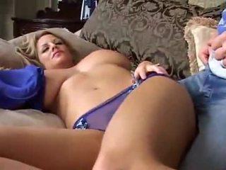 Guļošas liels breasted mammīte