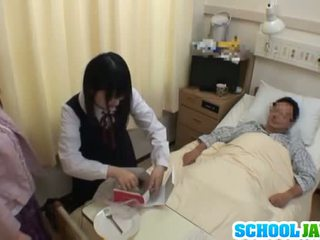 Asiatic scolarita visits male prieten în spital pentru o