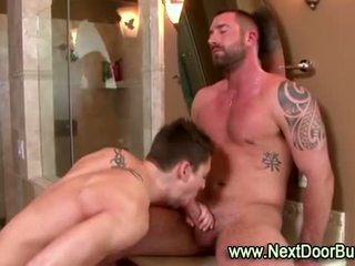 Muscle beaux gosses bite sucer cumshots