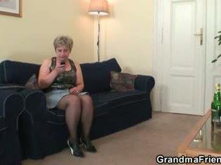 Uzbudinātas vecmāmiņa takes two cocks pie reiz