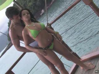 Agatha moreno est standing sur la dock de la bay