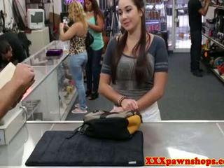 Pawnshop flashing hottie gets a sejas masāža