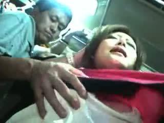 Mladý dievča nahmatané a used v a vlak