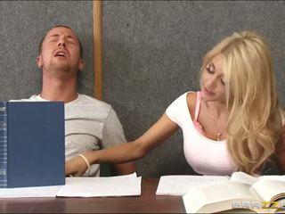 Knallen ein rallig blond drinnen klassenzimmer