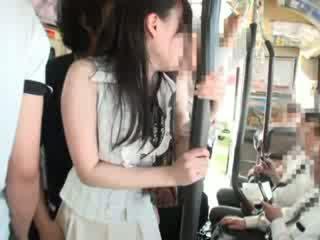 Innocent perempuan meraba pada yang bas