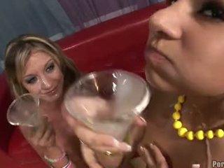 Sperma lover amy brooke și prieten enjoys o sip pe cocktail sticlă filled cu sperma