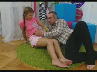 Babe spreiden haar benen naar nemen een piemel