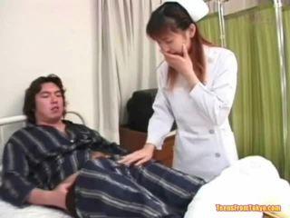 Oriental enfermeira jogar fora