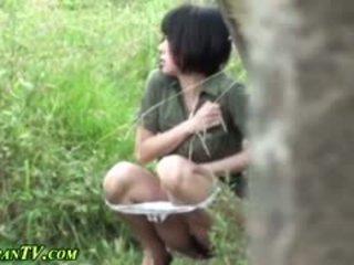 亞洲人 sluts piss outdoors