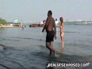 Fishing dengan beberapa telanjang penis di belahan dada remaja