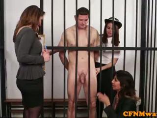 Brit dom נקבה בלבוש וגברים עירומים ביחד משטרה בייב humiliate prisoner <span class=duration>- 6 min</span>