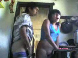 Χαριτωμένο columbian κορίτσι πατήσαμε από πίσω σε ο κουζίνα βίντεο