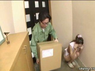 Γλυκός/ιά ιαπωνικό έφηβος/η αναγκαστική σε τσιμπούκι