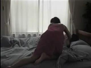Ιαπωνικό γυναίκα βγάλσιμο ρούχων και having σεξ επί ο κρεβάτι