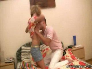 Kjempebra virgin gets franticly knullet doggy posisjon