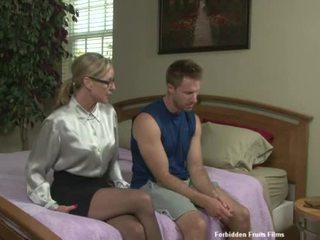 Sekss ar jodi a seksuālā pieauguša dāma ar casual clothes taking a karstās dzimumloceklis par kā a gift.
