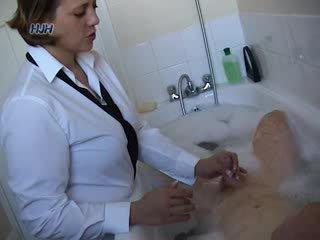 Guy 在 一 bath getting 一 灰機 從 an 辦公室 工人