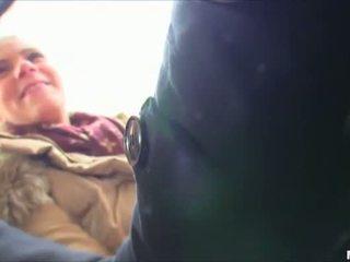 Caldi bionda pupa scopata in pubblico autobus