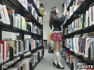 เด็กนักเรียนหญิง ใน ยูนิฟอร์ม wants ไปยัง bust ของคุณ nut ใน the ห้องสมุด