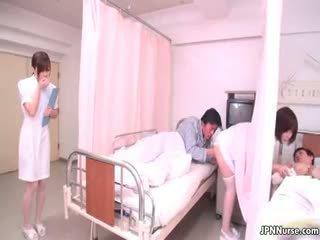 Apró japán ápolónő giving egy leszopás part4
