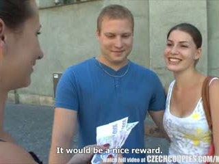 Tchèque couples jeune couple takes argent pour public plan a quatre