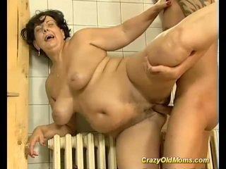 امرأة سمراء مفلس قديم موم مارس الجنس