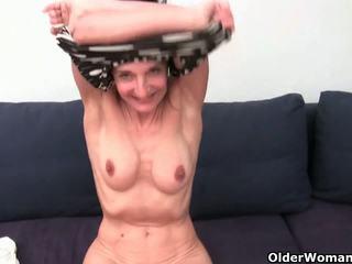 Bestemor med hårete fitte gets fingered