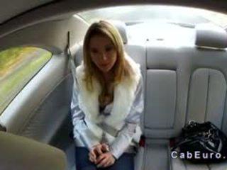 Tjeckiska blondin bangs på hood av taxi