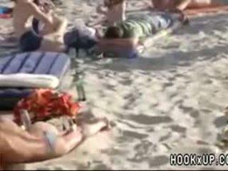 Amatore marrjenëgojë në publike plazh