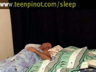 Vajzë beauty fucked ndërsa duke fjetur