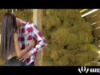 Paula शाइ फक्किंग पर hayloft