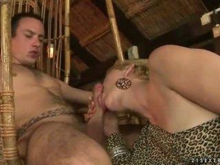 Großmutter und junge enjoying heiß sex