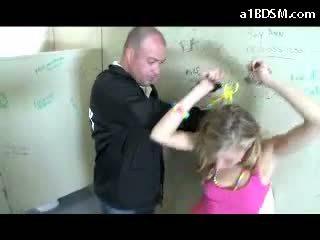 Al naibii blonda fata getting incatusat pasarica rubbed cu baton giving muie pentru the securitate guard în the public toilette