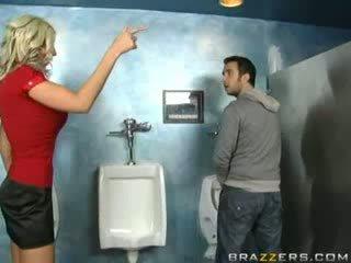 Ubriaco milf sucks in toilette!