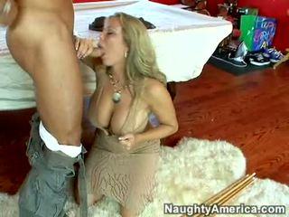 Šlapias karštas porno žvaigždė amber lynn bach hooks a powerful pole į jos steamy burna