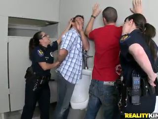 Pair honeys v polícia uniforma mať fucked v ich buttholes