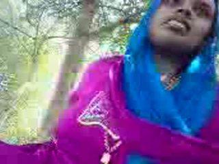 Punjabi aunty giving handjob uz the park