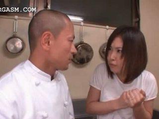 เอเชีย พนักงานเสิร์ฟหญิง gets นม grabbed โดย เธอ ห้วหน้า ที่ ทำงาน