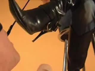 स्लेव licks goddess' डर्टी बूट्स clean, boot वर्षिप