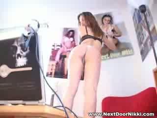 Vogëlushe vogëlushe tjetër derë nikki stripping shfaqje të saj pointy gjinj
