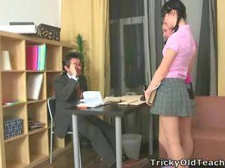 Sexy dámy súložiť ich staré učiteľka.
