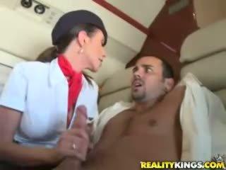 Καυτά flight attendents ariella ferrera και aimee addison δίνουν σε flight τσιμπούκι