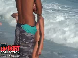 Den warm hav waves are gently petting den bodies av söt babes i het sexig swimsuits
